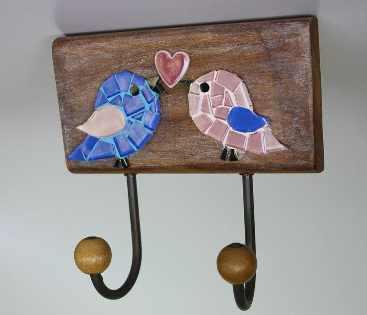 Cabideiro em madeira maciça, com mosaico feito em pastilhas de vidro e coração em cerâmica japonesa. <br>Vem com dois ganchos de ferro com bolinhas de madeira. Ideal para organizar bolsas, roupas, capas de chuvas, toalhas... <br> <br>Tamanho: 17 cm de largura x 18 cm de comprimento.