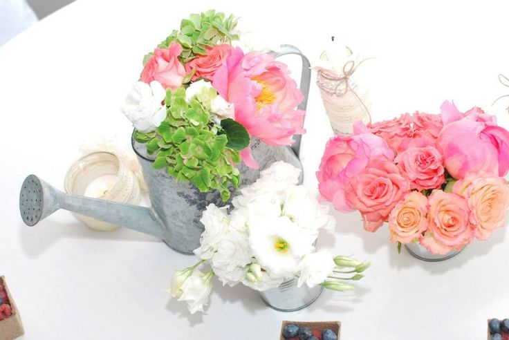 słodkości#stół#dodatki#owoce#aranżacja#rustykalnie#sielsko#naturalnie#kwiaty#kolorowo#hortensja#eustoma#róża#naczyniaocynkowane#konewka