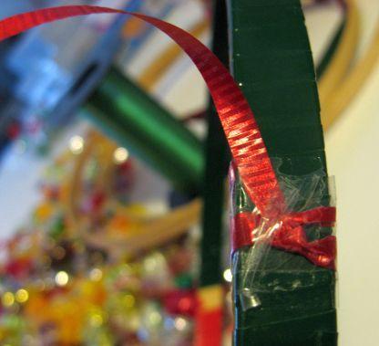 玄関先に、お部屋のアクセントに、クリスマスリースは、クリスマスを 盛り上げてくれる素敵なデコレーションアイテムです。  クリスマスクラフトで、素敵なオリジナルリースを作りましょ。  個性的で美しい、アイディアの楽しいクリスマスリースの作り方をいろいろ集めてみました。  クリスマスオーナメントリース  クリスマスツリーの飾りの定番、クリスマスオーナメントボールをつなぎ合わせて作る、 明るくてきらびやかなクリスマスリースです。ワイヤーハンガーを利用して簡単に作れます。  &...