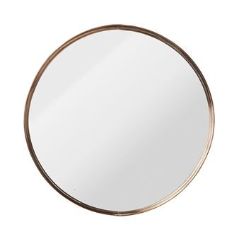 Denna snygga spegel från Bloomingville har en trendig design med rund form och kopparfärgad ram. Den stilrena designen är lättplacerad i de flesta hem, oavsett om du har en modern, lantlig eller retroinspirerad stil. Placera den i hallen, badrummet eller över sminkbordet och kombinera gärna med andra inredningsprodukter från danska Bloomingville!