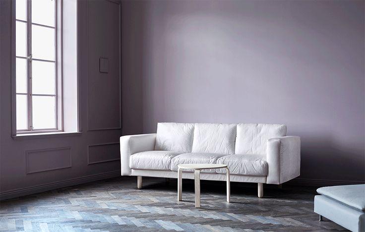 Inredningsstylisten Amanda Rodriguez sätter stilen på vardagsrummet med dova färger ton-i-ton, dämpad belysning och varma textilier.