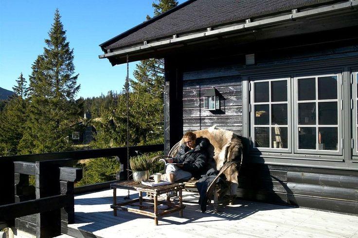 Dette er en hytte av de sjeldne. Hytten ligger vakkert i terrenget med en fantastisk utsikt, mens den åpner seg med store glassflater mot Kvitfjell. Eiendommen ligger høyt og solrikt til i et barnevennlig område med fritidseiendommer. Her kan man spenne på seg langrennsskiene utenfor hytten eller ta skitraseen og skli ned til Kvitfjell alpinanlegg. Hytten har et meget ekslusivt interiør, er fam...