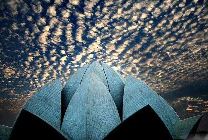 Hindistan'ın en büyük şehri olan Yeni Delhi'de yer alan Lotus Tapınağı, yedi kıtada birer adet bulunan Bahai Tapınakları'ndan biridir.