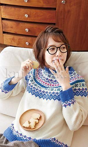 Джемпер с круглой кокеткой и многоцветными узорами