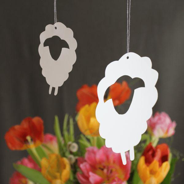Eine schnelle und einfach Dekoration für Frühling und Ostern. Ob auf einem Holzstäbchen stehende (für den Blumentopf) oder am Faden hängend oder in der Herde als Mobile, die Schafe und Lämmer machen immer eine gute Figur.