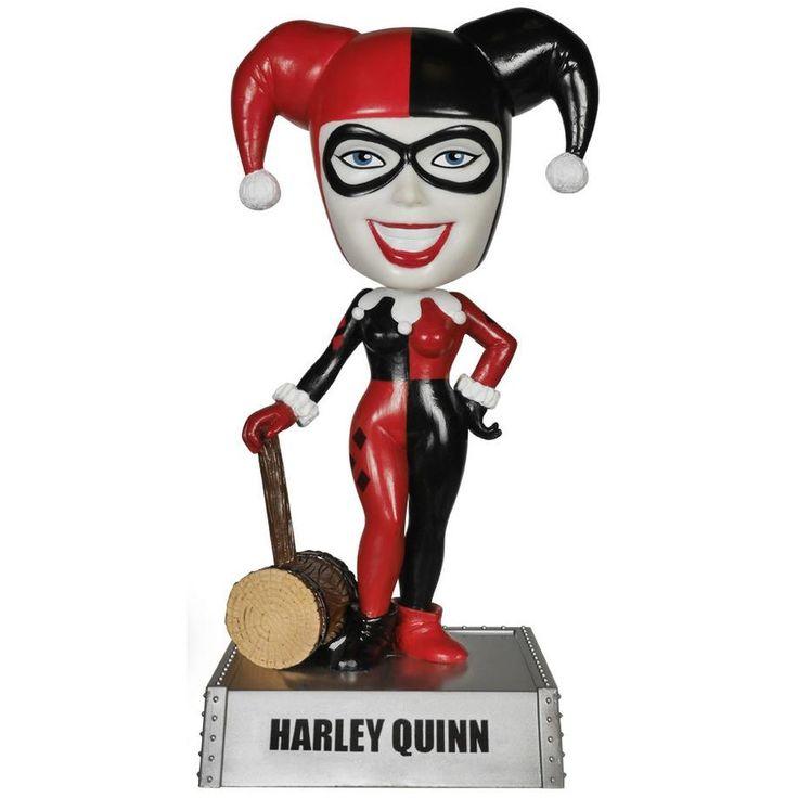 Statuetta con testa che si muove #HarleyQuinn del brand Funko della collezione Wacky Wobbler. Altezza: 18 cm circa. Sulla scrivania, in auto o su una mensola in bagno. Non importa dove, scegli il luogo perfetto per il tuo Funko! La statuetta viene consegnata in una speciale scatola con finestra trasparente che ne mostra l'interno.
