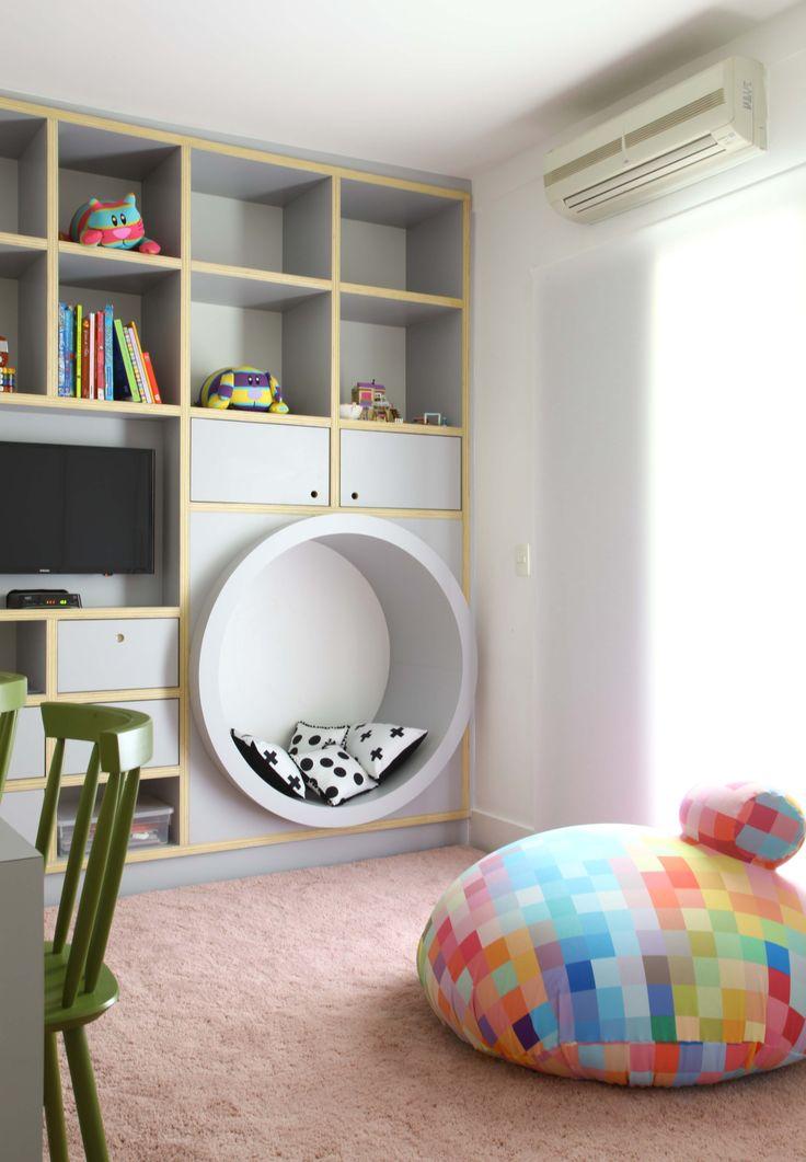 Quartinho projetado pela arquiteta Carol Miluzzi para @amomooui. O destaque desse quarto para duas irmãs é a parede com 4 cores e o contraste dela com a roupa de cama P&B e geométrica! #quartinhocompartilhado #sharedroom #decor #quartosemgenero #ludico #kidsroom