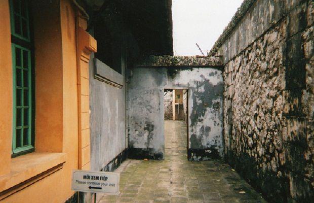 Hỏa Lò Prison (Hanoi Hilton) Location: Hanoi, Vietnam Notable Residents: James Stockdale, Bud Day, Senator John McCain Amenities: POWs were tortured into providing false statements about the U.S. government and their treatment at the prison