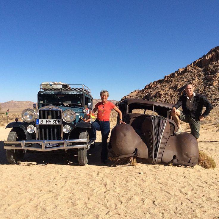 Piet, von der Klein-Aus Vista Lodge zeigt mir seinen Hudson Terraplane. Er steht seit 40 Jahren hier in der Wüste, nachdem 2 Diamanten Diebe erschossen wurden. Unser armer Bruder, hoffentlich endet Hudo nie so.
