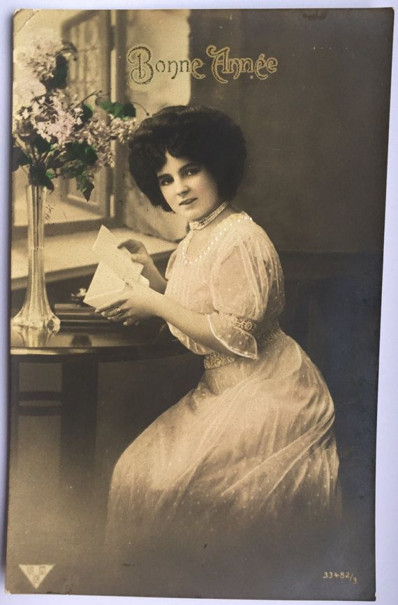 Victoriaanse dame mail aanbrengend envelop * op de schrijftafel * grote kapsel * Hand gekleurde jurk * Home decor * antieke Franse briefkaart