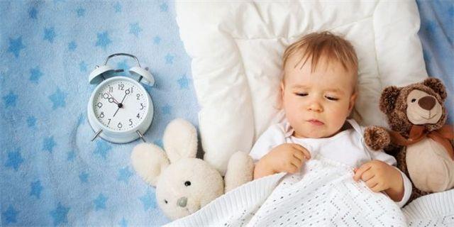 Máme pro vás 7 tipů, jak zařídit, aby miminko či batole, které ráno brzy vstává a burcuje celou rodinu, vydrželo ještě v postýlce a rodičům dopřálo chvilku lenošení navíc.
