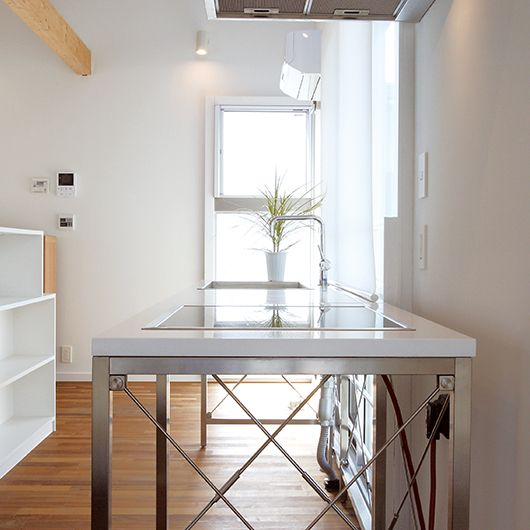 スタイリッシュな移動型キッチンは給排水口とコンセントさえあれば、どこにでも移動可能。住まい方の変化に応じて可変性のあるキッチンを目指しました。