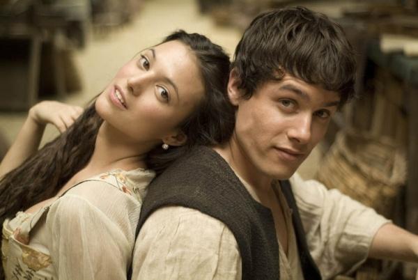 Elisa Moulia (Irene) i Rodžer Berueso (Martin), mladi i perspektivni glumci pred kojima je zlatna karijera.  http://wannabemagazine.com/serija-cetvrtkom-aguila-roja/