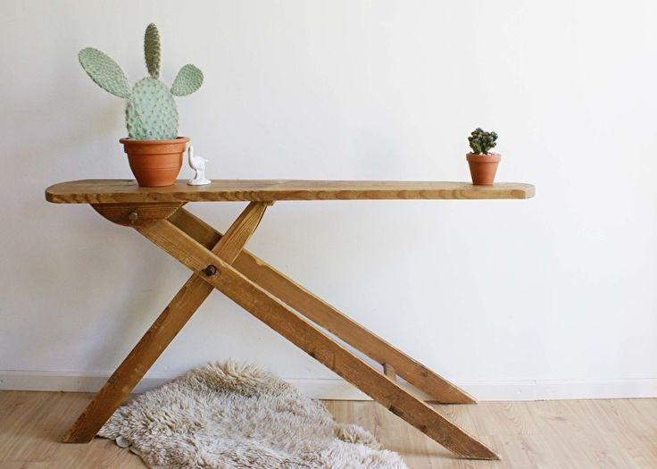 Oude houten strijkplank. Vintage/ brocante side table / plantentafel