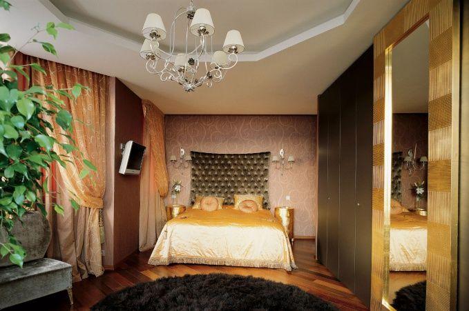 В оформлении интерьера спальни хозяев использовались спокойные кофейные и светло-коричневые оттенки.