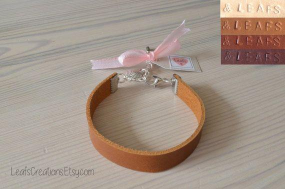Personalized leather bracelet. Leren armband met bedel met eigen tekst gepersonaliseerd