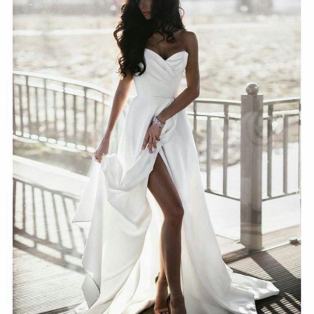 Мой закон — не спорить с ветром, он знает, куда дует, мы же, стилисты, должны лишь точно определить его направление. (Итальянский модельер - Джанни Версаче). Без лишних слов, представляем модель «Blanti» от эксклюзивного и самого креативного бренда Ave Wedding!💖💖💖 Модель представлена в цветовой гамме: молочный, жемчужный, нюд и розовый кварц. Салон Lari, 1 этаж. Будем рады видеть Вас, ежедневно 🕑 10:00 до 22:00! # crystalgaleryru #свадебныйсалонLari #свадебноеплатье #свадьба…