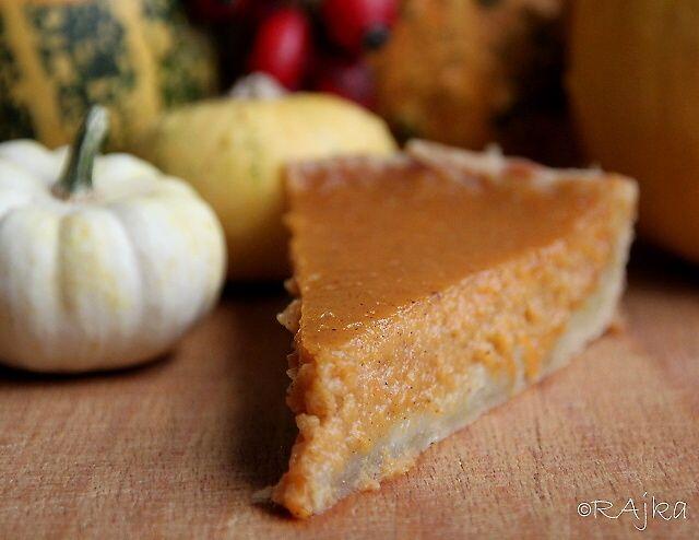 *Tekvicový koláč*     Tekvicový koláč tradične netradičný:) U nás sú v jeseni tradičné koláče jablkové , hruškové, slivkové...no chcela som vyskúšať tekvicový , nebol zlý no jablkový je jablkový:)))