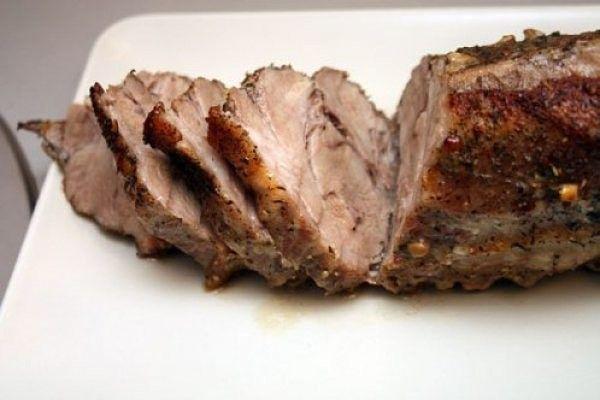 Чтобы запеченное мясо было сочным опустите его на несколько секунд в кипяток перед запеканием. Белок на поверхности свернется и сок не сможет покинуть мясо, оставшись внутри. #советы