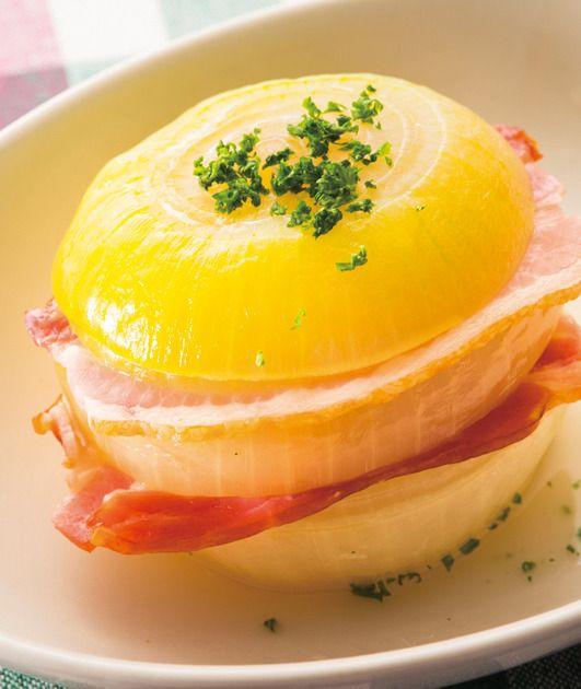 玉ねぎとベーコンのレンジ蒸し 1.玉ねぎ1個は横3等分に切る。ベーコン1枚は長さを半分に切る。玉ねぎの間にベーコンをはさみ、塩少々をふる。 2.耐熱皿に【1】をのせ、ふんわりとラップをかけ、電子レンジで約5分加熱する。あればパセリのみじん切り適宜をふる。