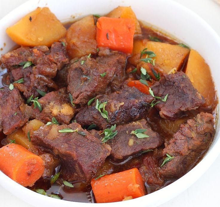 Notre recette de boeuf braisé à la bière avec bacon, patates et carottes est toute simple et rapide à cuisiner. C'est bon à s'en lécher les doigts.