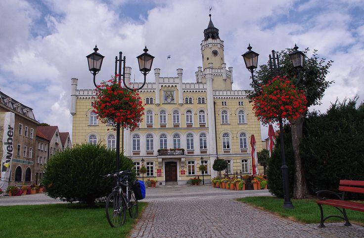 Ratusz we Wschowej  – najstarsza częścią ratusza jest monumentalna wieża pochodząca z XVI wieku. W latach 1860 budowli nadano obecny charakter neoromański.