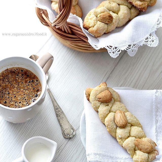 Buongiorno e buon inizio, colazione in leggerezza,rustica, facile e squisita con le Trecce di #mandorle e #passito di #pantelleria  adesso on line sul blog #zagaraecedro con ricetta passo passo, il link sul mio profilo 👍🏻😘#blogger #easyrecipes #pic #picoftheday #colazione #breakfast #whitefoodphotography #italy_food #italy #sicilia #sicilianedda #sicilyfood #bloggallineincucina #bloggalline #ifoodit #food #trecce #pennisi #pennisiladolceriasiciliana