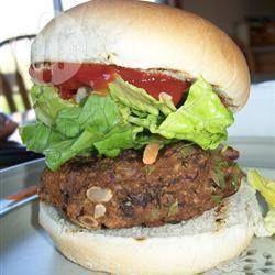 Photo de recette : Burgers maison aux haricots noirs - prendre pain et chapelure sans gluten. Épices intéressantes: poudre chili, cumin, sauce piquante en plus de l'oignon, ail et du poivron vert. Avec oeuf et haricots noir