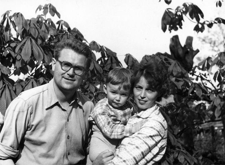 """Zdzisław Beksiński z żoną i synem - zdjęcie z książki """"Beksiński dzień po dniu kończącego się życia"""""""