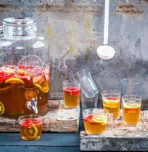 Der ultimative Frucht-Kick: unsere alkoholfreie Bowle mit Erdbeeren, Kiwi und Gingerale. Dieser Drink macht