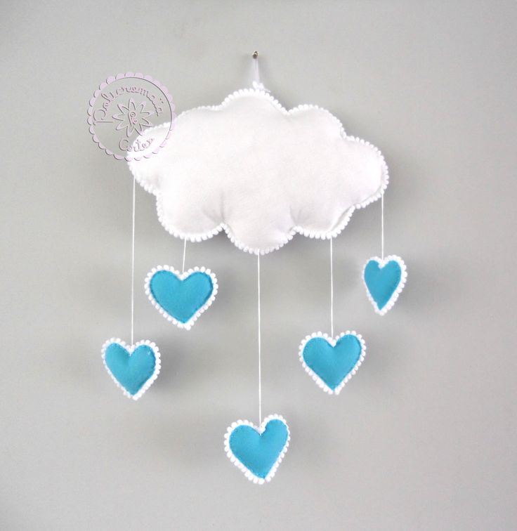 Nuvem em feltro com detalhes em pompom branco e corações pendurados na cor azul candy.  Um charme para o quarto do seu bebê ou para a porta de maternidade.    Nuvem: 33 cm de largura e 23 cm de altura (sem os corações).                                                                                                                                                                                 Mais