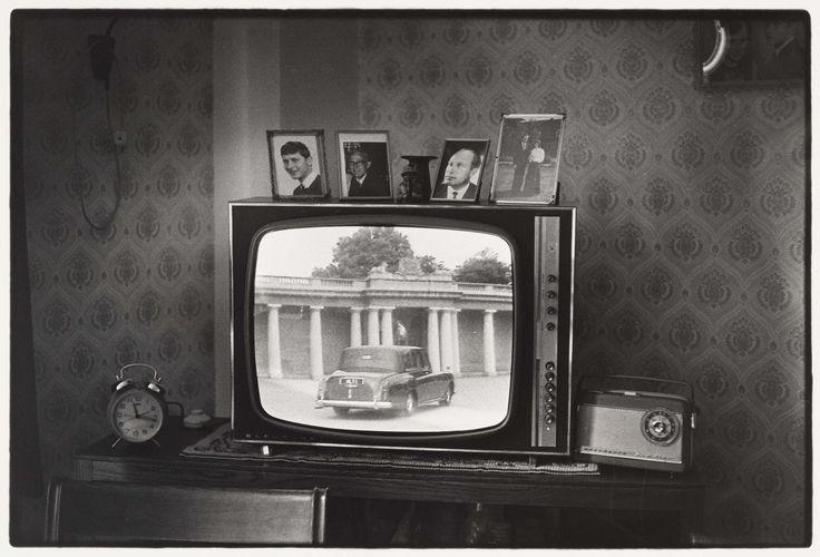 Huwelijk van Prince Charles en Lady Diana te zien op televisie in Bejaardencentrum Koningshoeve, Ed van der Elsken, 1981