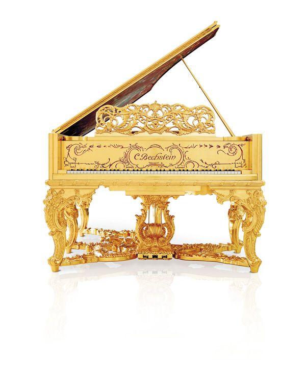 """C. Bechstein Louis XV: Ein Salonflügel mit königlicher Aura  Eine königliche Aura umgibt diesen Flügel. Reich vergoldete, filigrane Schnitzereien und elegante Malereien """"à la Watteau"""" tanzen einen Reigen um seinen Klangkörper. Unter dem kostbaren Gewand im Louis XV-Stil schlägt jedoch das junge Herz der Marke C. Bechstein: Der Salon-Flügel, Modell CB B 212, ist ein modernes Meisterstück in Klang und Technik und erfüllt höchste professionelle Ansprüche."""