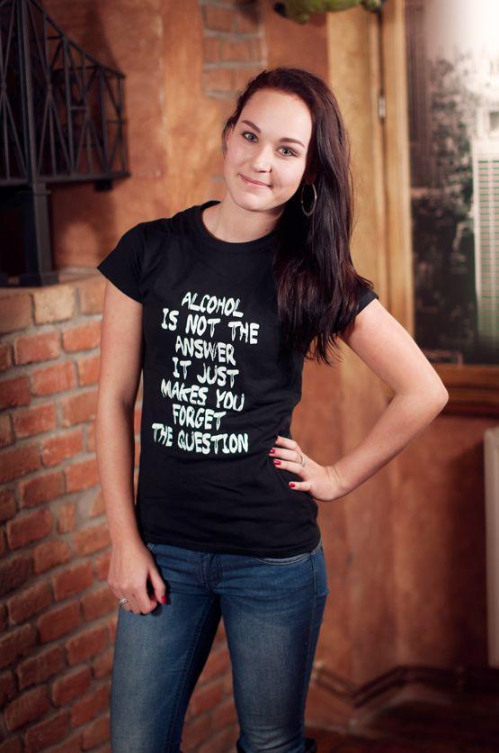 """T-shirt Alcohol is Not the Answer De vrouwelijke versie van de klassiker is een nauwsluitend model met verkorte mouwtjes en heeft een opdruk met de grappige tekst: """"Alcohol is Not the Answer. It Just Makes You Forget the Question"""". Blikdicht met aangenaam hoge stofdichtheid en een eersteklas verwerking."""