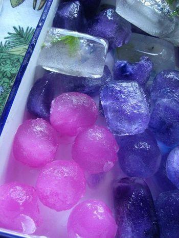 マロウティーで作った氷です。 瞬間の色を閉じ込めたら、まるで宝石みたい!こんな綺麗な氷がグラスに浮かんでいたら、何も知らないお客様はびっくり&感動してしまいますね!