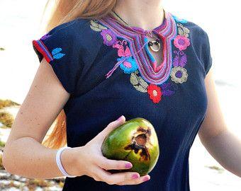 Blusa Mexicana Color Negro Flores Bordada a Mano / por FlorDeKahlo