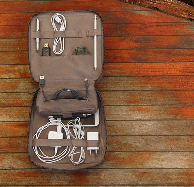 Högklassig resväska i läder för alla dina teknikprylar (made in L.A.) #sawyerstreetgoods #livsstil #accessoarer #accessoar #herraccessoarer #herrstil #stil #herrmode #läder #presenttips #tillhonom #kvalitet #exklusiv #necessär #hantverk #handgjort #teknik #resa #praktisk