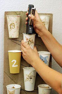 Bastará con grapar unos vasos de papel a una lámina de cartón o madera y esconder en ellos la sorpresa del día! Genial!