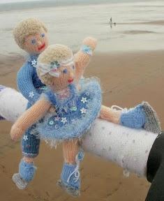 Saltburn by the Sea: Guerrilla knitters stitch up Saltburn Pier!