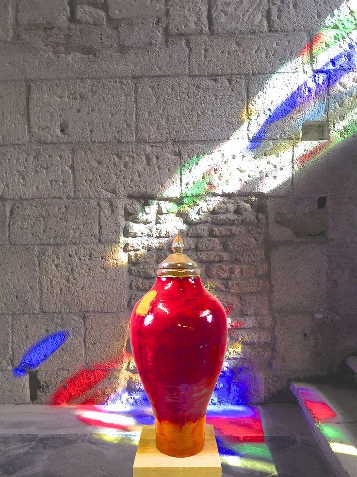 Ben Kapteijns. Toscaanse vaas met sculpturale deksel. Handgedraaide dekselvaas met maanroodglazuur, gebrandt in een pottenbakkersoven op 1080º.