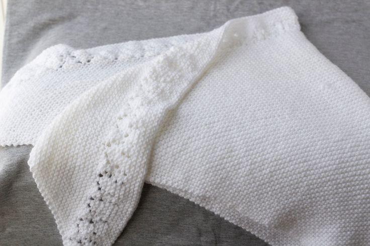 Châle blanc tricoté à la main avec insertion de dentelle, Châle en laine de bébé, Grande écharpe blanche triangulaire, Étole blanche, #T052 de la boutique Dutheetdesnuages sur Etsy
