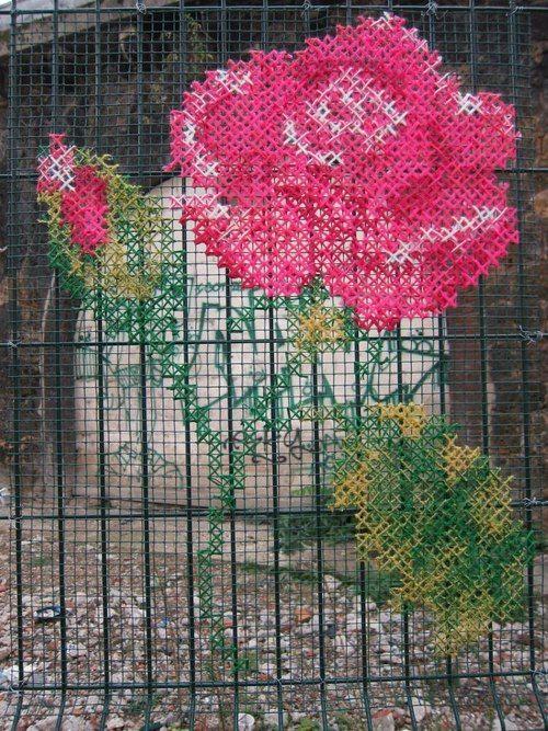 Cross Stitch Gate  ¿Y en los armarios de una casa rústica que en vez de cristal tengan tela de gallinero?
