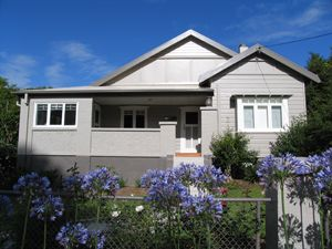 This example of the Californian Bungalow displays the move towards using a scheme based on complementary tones with a subdued contrast. Dulux Mud Pack is the main house colour while the fascia and basecourse are Dulux Ploughed Earth. The window and door trims are highlighted with Dulux Antique White. Note how the gables are not 'picked out', delivering a more contemporary look.