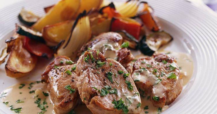Lättlagad fläskfilé i ett recept tillsammans med god sås med smak av senap och vitlök. Fräscha, ugnsstekta grönsaker till fläskfilén gör maträtten komplett.