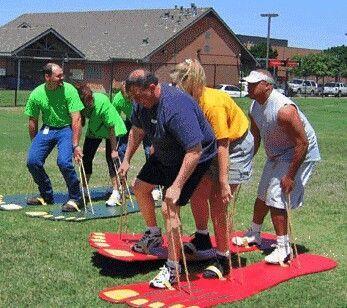Giant foot yard game : par équipe de deux ou trois personnes, avancer le plus vite possible:
