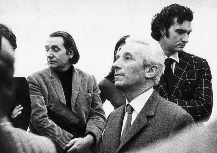 Ettore Sottsass (sullo sfondo, a sinistra) allinaugurazione della galleria de Nieubourg a Milano. In primo piano, Bruno Munari. Domus n. 459, 1968