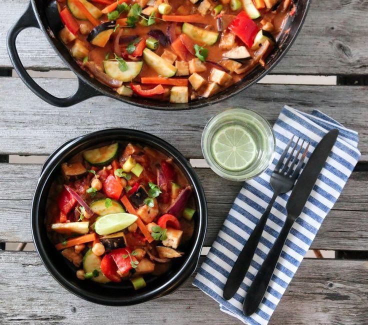 Curry er populær mat her hjemme, men også hos dere ut ifra lesertallene på bloggen. Jeg har mange ulike varianter her på bloggen, og i dag vil jeg dele en vegetarisk versjon. I tillegg til mange go…