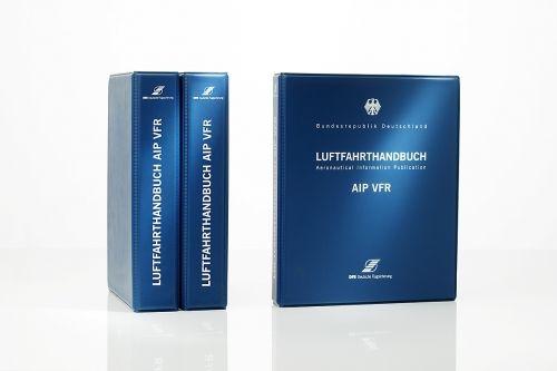 #Luftfahrthandbuch AIP VFR Grundwerk im Kunststoffordner  Das Luftfahrthandbuch AIP VFR enthält für rund 400 Flugplätze (Verkehrsflughäfen, Verkehrslandeplätze, Sonderlandeplätze, Militärflugplätze mit ziviler Mitbenutzung) die Sichtanflug- und Flugplatzkarten, einschließlich Informationen über Flugbetriebsregelungen, Einschränkungen, Betriebszeiten (Sommer, Winter)und Flugplatzadressen.