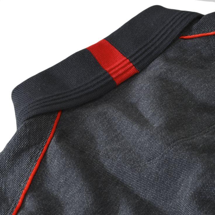 Ce Polo Ferrari Cavallino Rampante à manches courtes pour homme est réalisé en coton piqué bicolore effet carbon look, avec un col, une ouverture sur le devant et des poignets côtelés à maille.<br> Une série de détails raffinés comme la bande verticale co