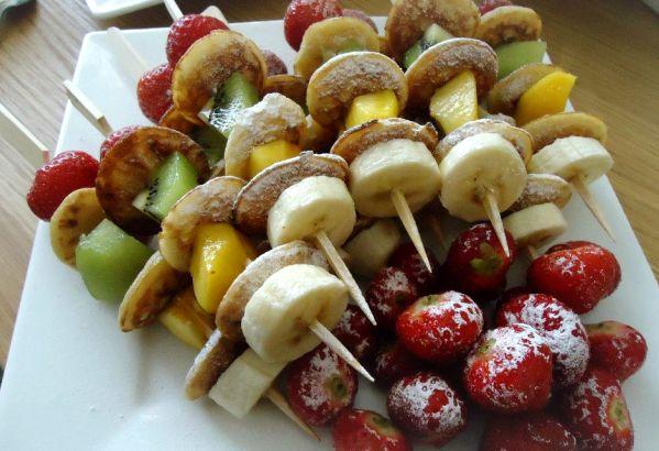 Poffertjes spiesen met fruit gemaakt op verjaardag: zowel bij de grote als kleine mensen geliefd. Het leuke is dat de kinderen op een gegeven moment zelf aan de slag gaan met de ingrediënten!